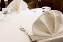 Lagd tabell med vita servetter Fotografering för Bildbyråer