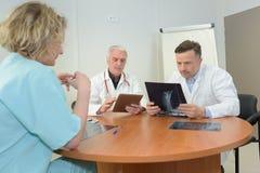 Lagdoktorer som ser det speciala fallet för patienter Royaltyfria Foton