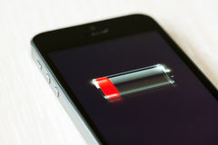 Lage batterij op Apple-iPhone 5S Stock Foto