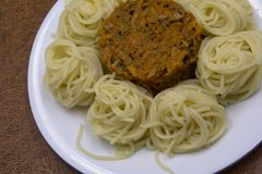 Lage carburator plantaardige spaghetti van wortelen en spaghetti in bouillon stock foto
