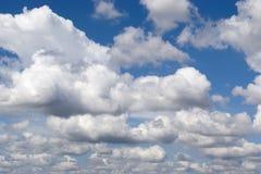 Lage die cumuluswolken door de zon worden verlicht Royalty-vrije Stock Foto's