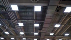 Lage die hoek van de pijpen van het hvacsysteem op plafond van groot vermaakcentrum wordt geschoten stock video