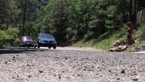 Lage die hoek van diverse voertuigen wordt geschoten die langs drijven stock video