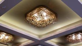 Lage die hoek van elegante verlichting op het plafond wordt geschoten stock videobeelden