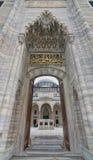 Lage die hoekdag van één van de ingangen wordt geschoten die tot het hof van Suleymaniye-Moskee, Istanboel, Turkije leiden Stock Afbeelding