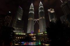 Lage die hoeknacht van de tweelingtorens van Petronas, Kuala Lum wordt geschoten royalty-vrije stock afbeeldingen