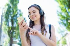 Lage het portretmening van de hoekfoto van mooie zekere gebruiker die de slimme digitale telefoon van het apparatengadget influen stock fotografie