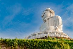 Lage hoek de linkerkantmening van het witte marmeren grote standbeeld o van Boedha Stock Afbeelding