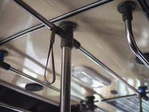 Lage hoek selectief op hand Hangende riem op bus royalty-vrije stock foto's