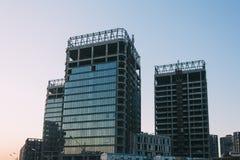 Lage hoek van de onvolledige bouw op een achtergrond van blauwe hemel Royalty-vrije Stock Foto