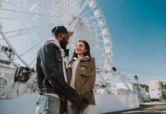 Lage hoek van een jong houdend van paar die zich in de stad bevinden royalty-vrije stock fotografie