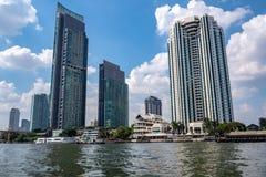 Lage hoek van gebouwen van de boot op de rivier met blauwe hemelachtergrond royalty-vrije stock fotografie