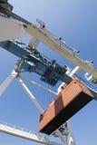 Lage hoek van haven-kraan en container Royalty-vrije Stock Foto