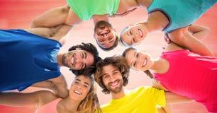 Lage hoek van millennials in cirkel tegen onscherpe rode achtergrond stock foto