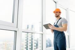Lage hoek van professionele bouwingenieur die tablet gebruiken stock afbeeldingen