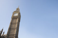 Lage hoekmening van Big Ben tegen duidelijke hemel in Londen, Engeland, het UK Stock Foto