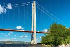Lage hoekmening van de brug bij de hoge kust in Zweden stock fotografie