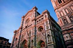 lage hoekmening van Duomo-Kathedraal met Giotto-Klokketorenvoorgevel royalty-vrije stock afbeeldingen