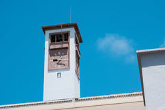 Lage hoekmening van een Marokkaanse klokketoren tegen hemel - Casablanc Royalty-vrije Stock Foto