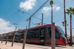 Lage hoekmening van een tram die dichtbij een bouwwerf overgaan agains Stock Afbeelding