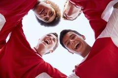 Lage Hoekmening van Mannelijke Middelbare schoolvoetballers die Team Talk hebben royalty-vrije stock afbeeldingen
