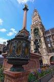 Lage Hoekmening van Marian Column Topped door Gouden Maagdelijke Mary binnen stock afbeelding