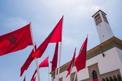 Lage hoekmening van Marokkaanse vlaggen en een klokketoren - Casablanca Royalty-vrije Stock Foto