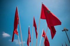 Lage hoekmening van Marokkaanse vlaggen tegen hemel - Casablanca - Moro Stock Afbeelding