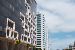 Lage hoekmening van moderne gebouwen gainst hemel in Casablanca - Mo Royalty-vrije Stock Afbeeldingen