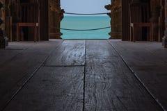 Lage hoekmening van open deur van binnenuit het Heiligdom van Waarheid die uit aan de oceaan in Pattaya, Thailand kijken Royalty-vrije Stock Foto's