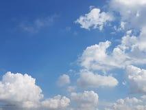 Lage hoekmening van wolken die met blauwe hemelachtergrond gegevens verwerken Stock Afbeeldingen