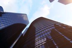 Lage hoekmening van wolkenkrabbers Wolkenkrabbers bij zonsondergang die op perspectief kijken Bodemmening van moderne wolkenkrabb Royalty-vrije Stock Foto's