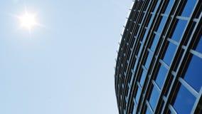 Lage hoekmening van wolkenkrabbers Wolkenkrabbers die op perspectief kijken Bodemmening van moderne wolkenkrabbers in zaken stock illustratie