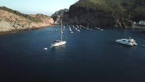Lage hommelvlucht over sommige kleine boten en een catamaran stock video