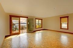 Lage jaskrawy pusty pokój z korkową podłoga i balkonem. zdjęcie stock