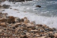 Golven op de kust Stock Foto's