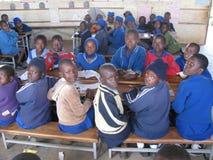 Lage schoolkinderen binnen klaslokaal in Zimbabwe Royalty-vrije Stock Afbeelding
