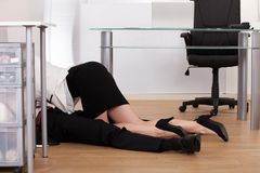 Lage sectie die van bedrijfspaar vertrouwelijk op vloer worden Stock Afbeeldingen