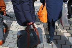 Lage sectie mensen met handtassen royalty-vrije stock foto