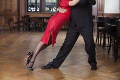 Lage Sectie van Danser Leaning On Partner terwijl het Uitvoeren van Tango royalty-vrije stock fotografie