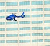Lage vliegende helikopter in stad royalty-vrije stock afbeelding