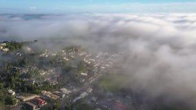 Lage Vliegende Wolken die Stad, Luchttijdtijdspanne behandelen stock video