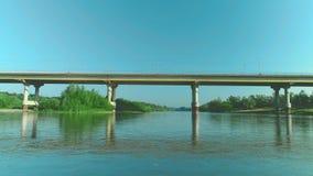 Lage vlucht over verse schuimende rivier bij zonnige de zomerochtend 4K stock videobeelden