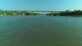 Lage vlucht over verse schuimende rivier bij zonnige de zomerochtend 4K stock video