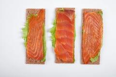 Lage warmte open sandwich met rode vissen Geïsoleerdj op witte achtergrond stock afbeelding