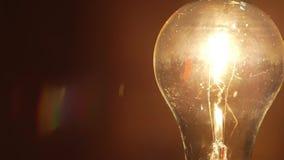 Lage watts gloeiende gloeilamp stock footage