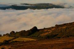 Lage wolken over rollende heuvels in het Engelse platteland royalty-vrije stock fotografie