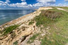 Lage zandsteenklippen en weg, Hampshire, Engeland Stock Foto's