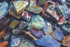 Lagen van het stemmen van gekleurde stenen Een grote hoop van zandsteen, bergruimte van divers fantastisch zandsteen Barsten en l Royalty-vrije Stock Afbeelding