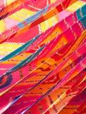 Lagen van Met de hand gemaakte Heldere en Kleurrijke Saree-Kleding die onder de Zon in India opdrogen stock afbeelding